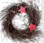 Венок новогодний декоративный, диаметр 25 см, украшен веточками, блестками и звездами.